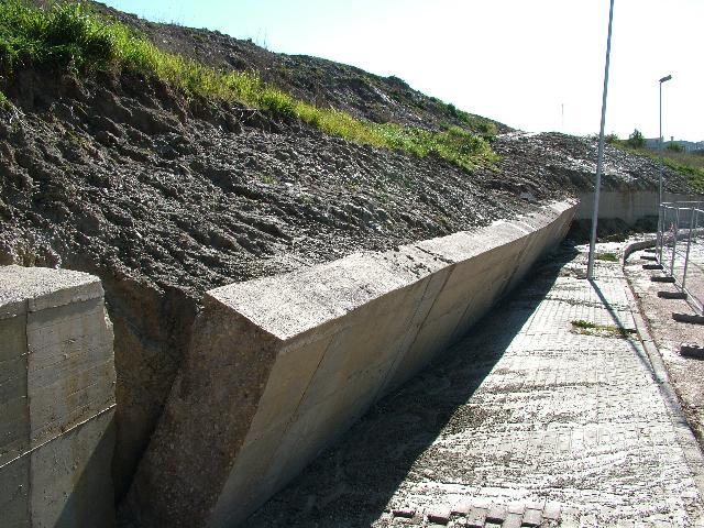 Il muro in via Nino Rota ha ceduto (foto Martemix)