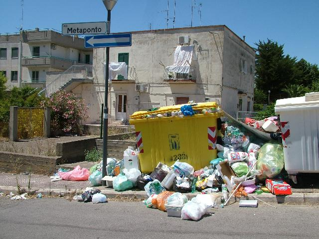 immondizia in via Metaponto (foto Martemix)