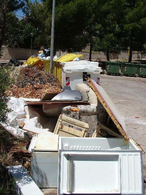 immondizia in via Montescaglioso (foto Martemix)
