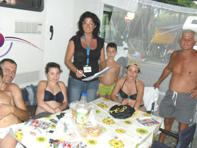 Maria Filomena Giordano, responsabile Adiconsum di Policoro, con alcuni villeggianti