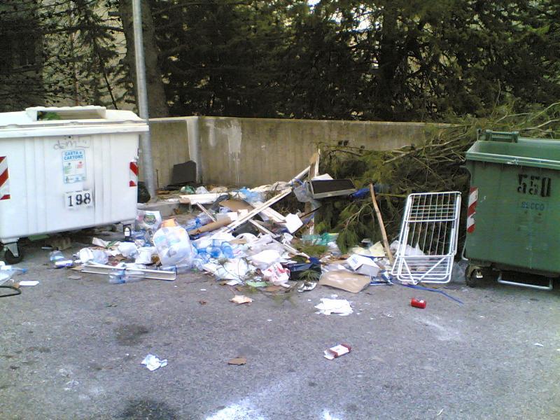 Montagna di rifiuti in via Vena - Matera