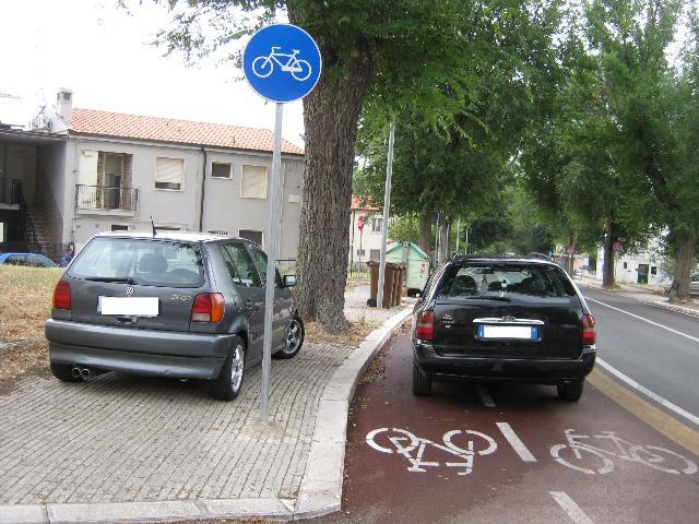 Pista ciclabile come parcheggio (foto Martemix)