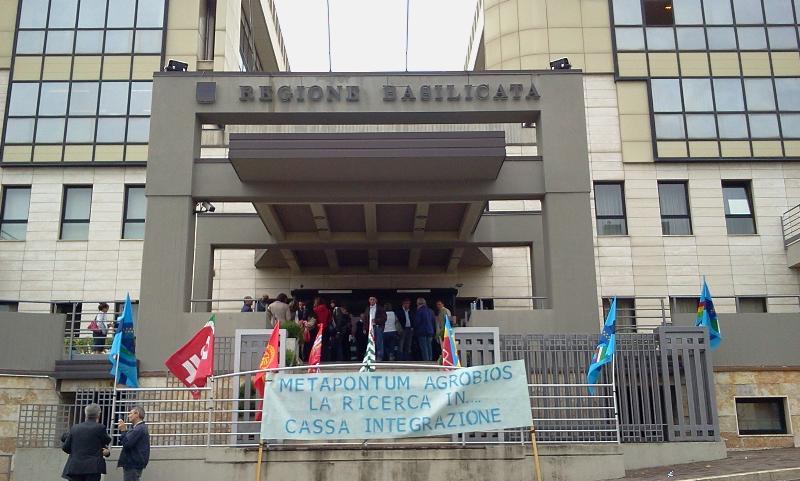 Sit-in davanti la sede della Regione Basilicata dei lavoratori di Agrobios