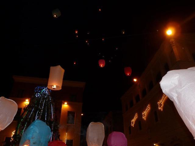 Sky Lantern su piazza Vittorio Veneto per il Flash mob Christmas Human Smile (foto SassiLand)