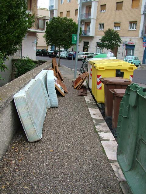 spazzatura in via Passarelli (foto Martemix)
