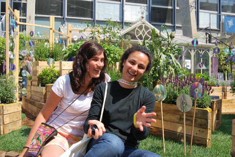 In ordine da sinistra Valentina Iori e Lucrezia Didio ad Euroflora 2011