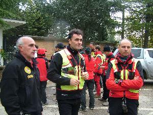 alcuni dei volontari che hanno ritrovato il corpo di Rosa (foto Martemix)