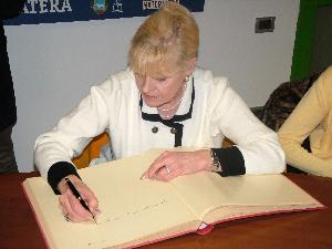 Betty Williams firma una dedica alla Città di Matera (foto Martemix)