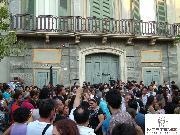 Giornalisti e curiosi davanti a Palazzo Margherita (foto Martemix.com)