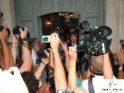 Gli sposi si concedono alla folla (foto Martemix)