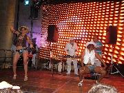 Il dj set e le ballerine (foto Martemix)