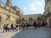 Turisti in piazza Duomo - Matera