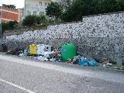 Via Passarelli: una vera discarica (foto Martemix)