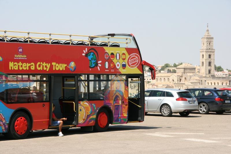 Autobus scoperto nella zona del Belvedere a Matera