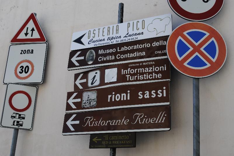 Cartelli stradali per i Sassi di Matera (foto Gianni Cellura)