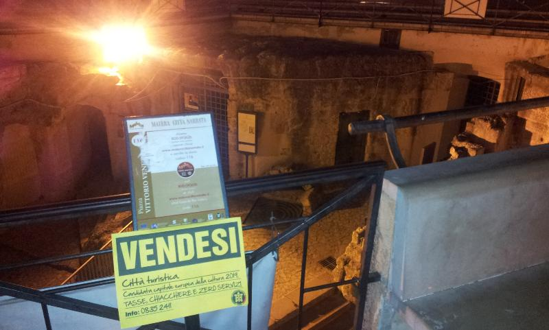 Cartello vendesi di Casapound per protestare contro il Comune di Matera sulle scelte legate al turismo