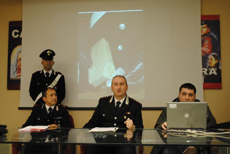 Conferenza stampa dei Carabinieri, 20 marzo 2012, sull´arresto di 3 persone con mezzo chilogrammo di eroina