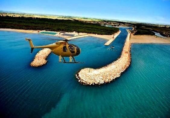 Elicottero in volo sul porto degli Argonauti