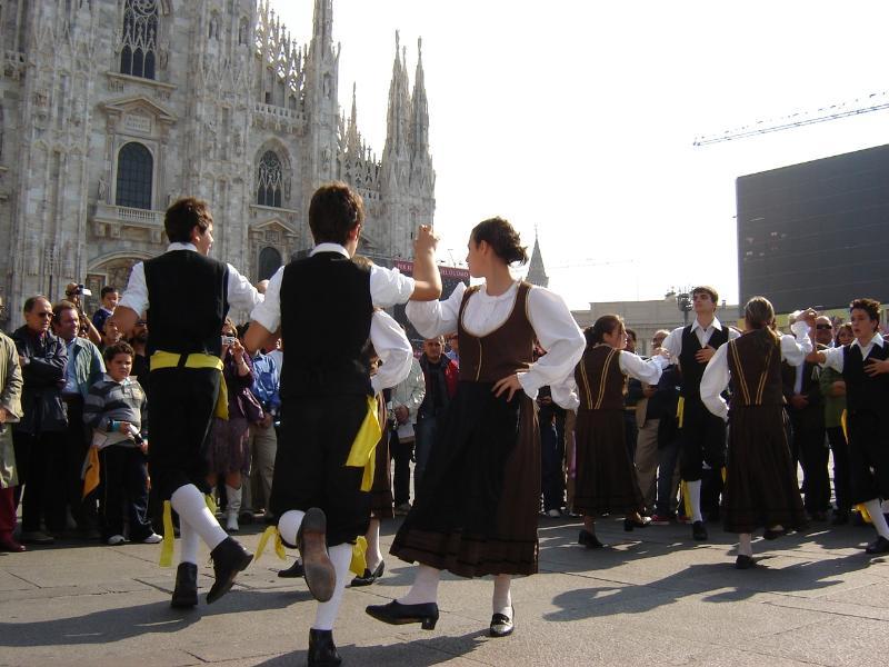 """""""I Maggiaioli"""" in una esibizione a Milano in piazza Duomo"""