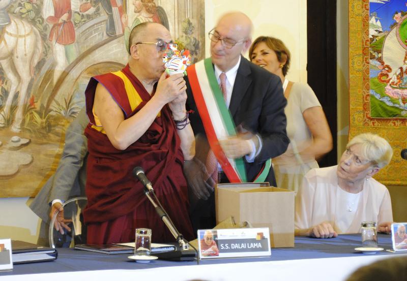 Il Dalai Lama fischia il Cucù, oggetto tradizionale della cultura materana - 24 giugno 2012 (foto SassiLand)