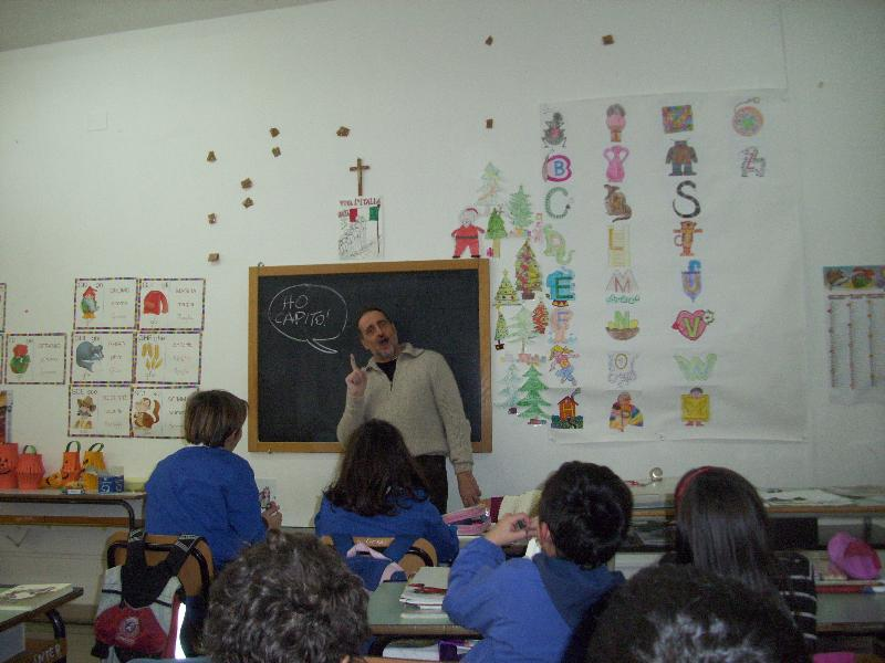 Il fumettista Clod durante un laboratorio coi ragazzi