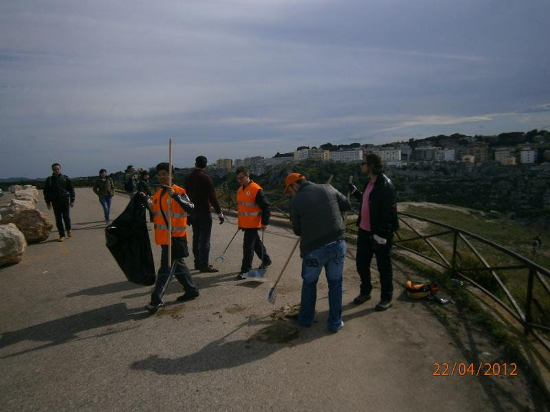 Il gruppo che ha partecipato all´iniziativa Ri-puliamo Matera