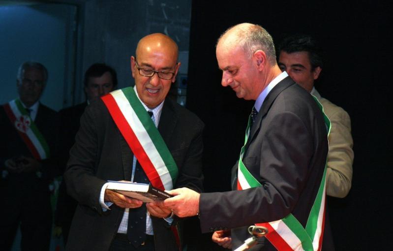 Il sindaco di Matera consegna libro sui Sassi al sindaco di Barga - 31 luglio 2012
