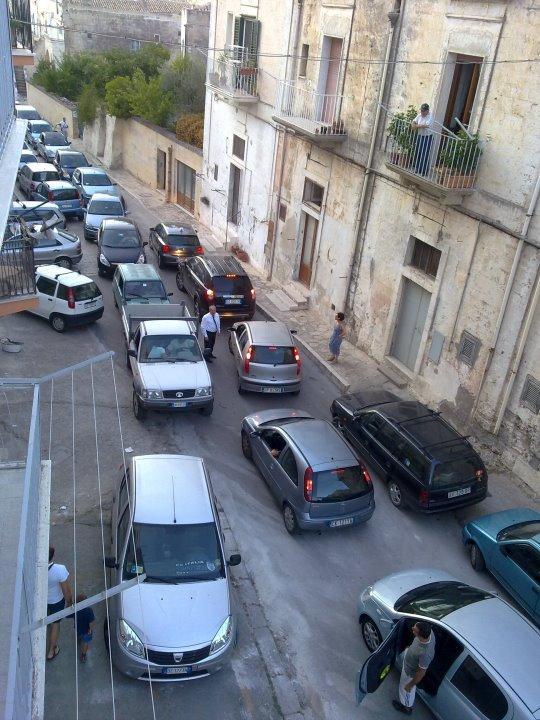 Ingorghi di auto e pochi parcheggi in via Casalnuovo (foto Martemix)