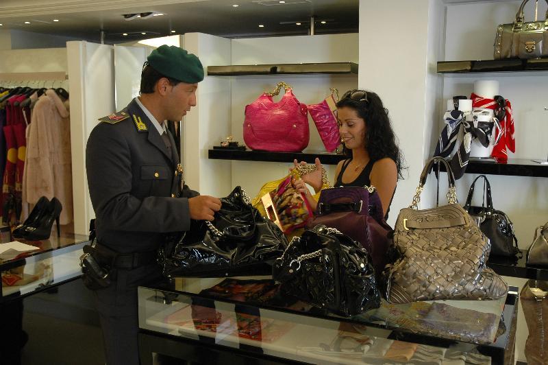 La Guardia di Finanza durante una verifica in un negozio