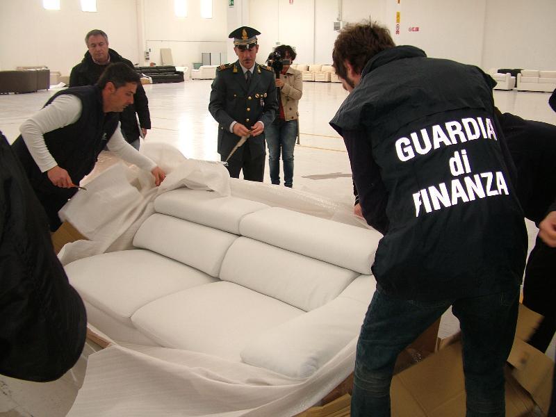 La guardia di Finanza ispeziona i divani sequestrati (foto Martemix)