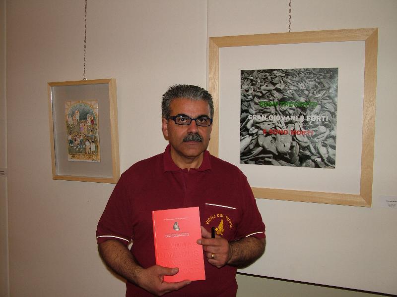 Miriello accanto alla sua opera (foto Martemix)