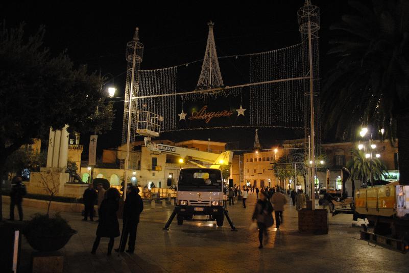Montaggio in città delle luminarie per Natale 2012
