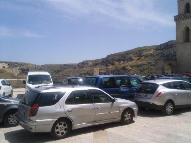 Parcheggi in piazza San Pietro Caveoso nei Sassi di Matera