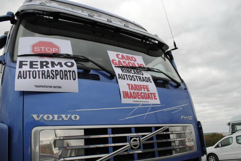 Proteste e blocchi stradali a Matera sulla strada per Altamura - 24 gennaio 2012 (foto Gianni Cellura)