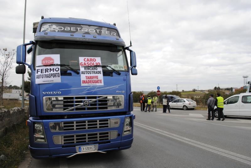 Proteste e blocchi stradali a Matera sulla strada per Altamura - 24 gennaio 2012