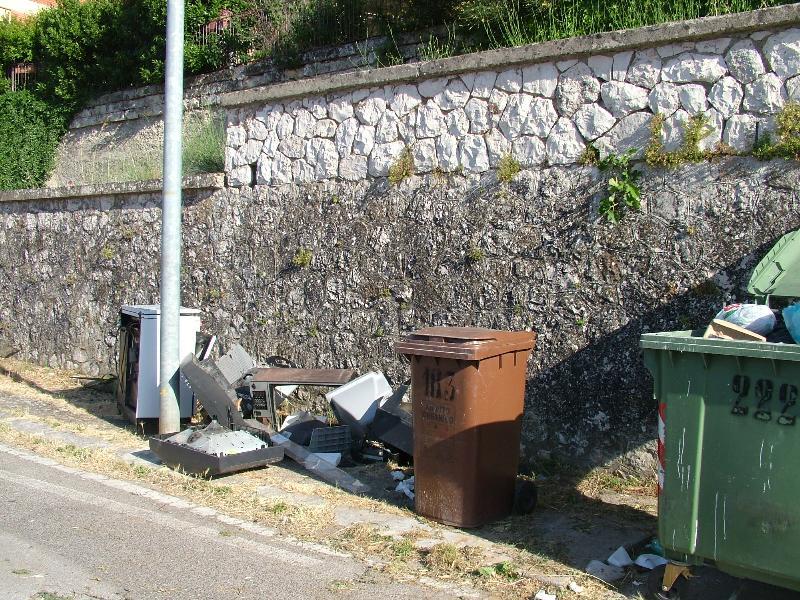 rifiuti speciali in via Passarelli (foto Martemix)