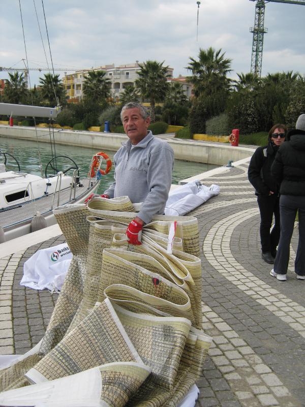 Uno dei partecipanti della quinta gara del campionato invernale del Mar Ionio ripiega le vele