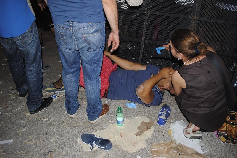 Uomo ferito alla gamba durante la distruzione del Carro Trionfale - Festa della Bruna 2012