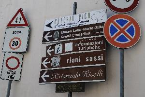 Cartelli stradali per i Sassi di Matera (foto Gianni Cellura) - Matera