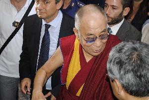 Il Dalai Lama dopo la conferenza stampa, in uscita da Palazzo Viceconte
