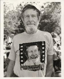 John Cage al Cabrillo Music Festival, 1977, fotografato da Betty Freeman