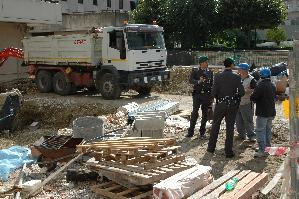 La Guardia di Finanza durante un controllo in cantiere
