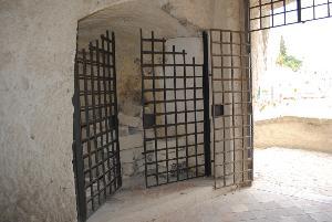Pezzi di affreschi abbandonati nel centro storico di Matera