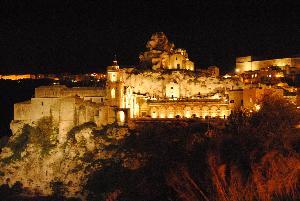Piazza San Pietro Caveoso di notte - Sassi di Matera  (foto SassiLand) - Matera