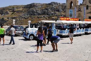 Turisti nei Sassi di Matera (foto SassiLand) - Matera