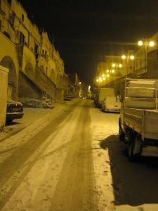 Via Casalnuovo: nessun mezzo spargisale è transitato per due giorni (foto Martemix)