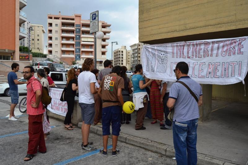 Assemblea e raccolta firme per dire stop all´inceneritore (foto Francesco Calia)