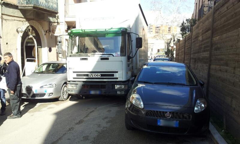 Camion bloccato in via Lavista a Matera . 15 febbraio 2013