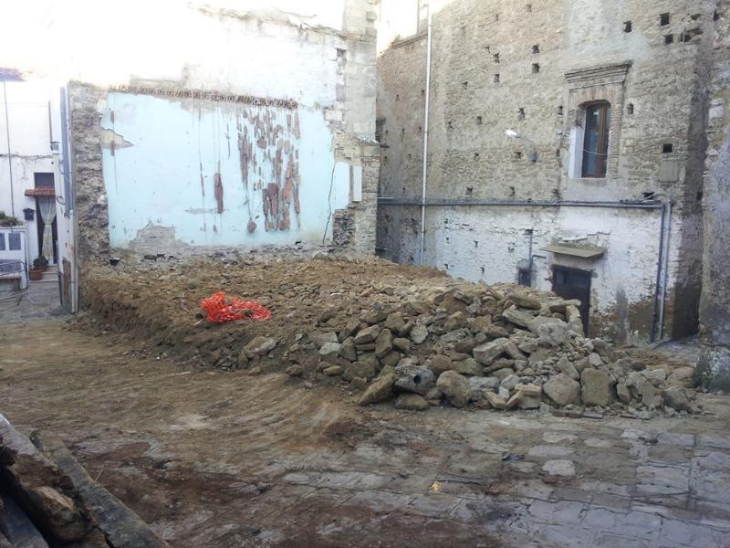 Casa pericolante abbattuta nel centro storico di S. Mauro Forte (foto Antonio Grasso)