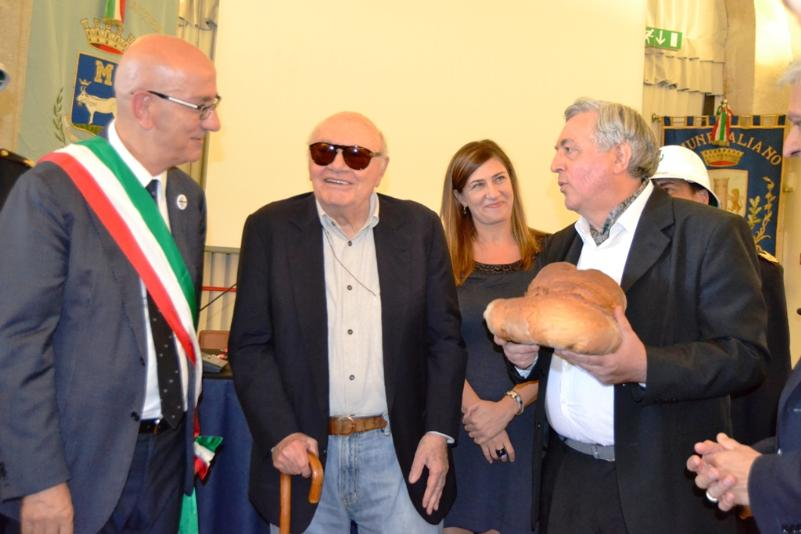 Consegna del pane a Francesco Rosi (foto Francesco Calia)